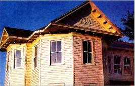 Двускатная крыша над эркером